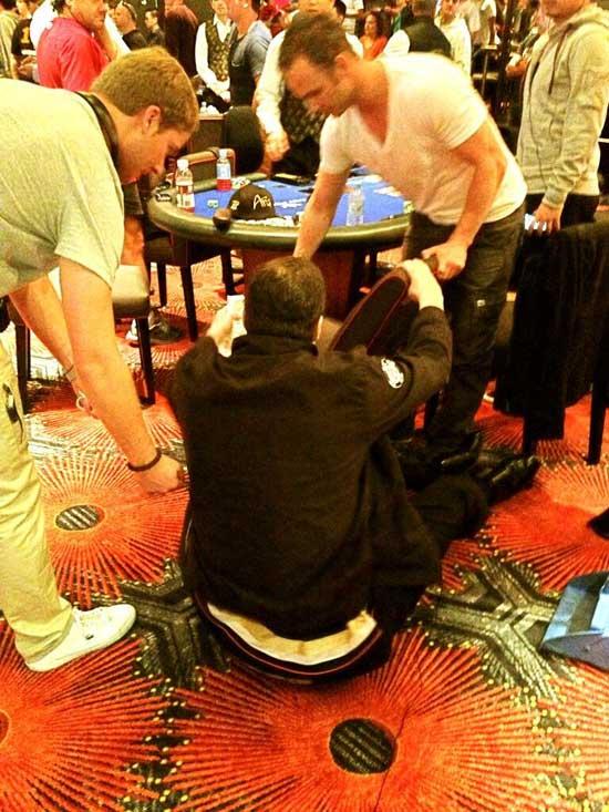Phil Hellmuth den Knall mit dem er auf dem Boden aufschlug
